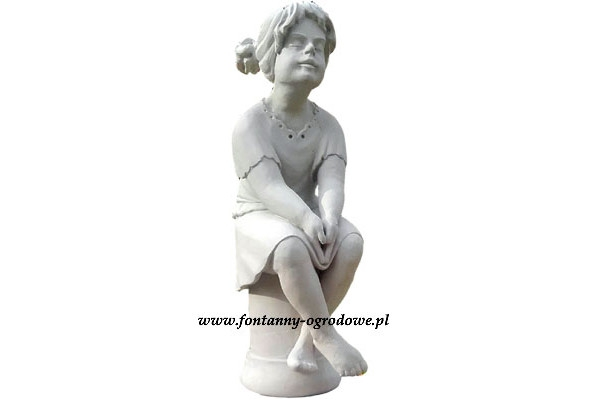 Kamienna rzeźba przedstawiająca  siedzącą dziewczynkę