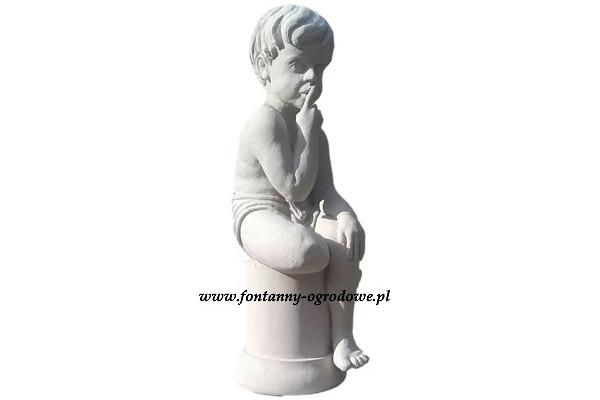 Kamienna rzeźba przedstawiająca siedzącego chłopca