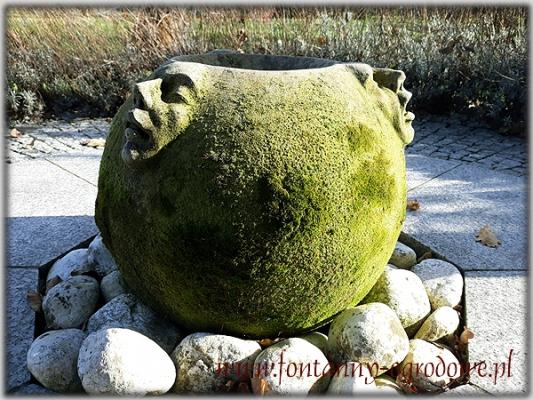 Unikatowa fontanna porośnięta mchem