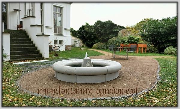 Okrągła fontanna ogrodowa