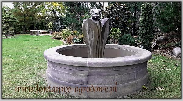 Okrągła fontanna z rzeźbą