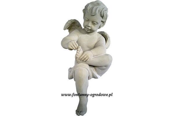 Kamienna rzeźba cherubin. Chłopiec wyjmujący cierń.